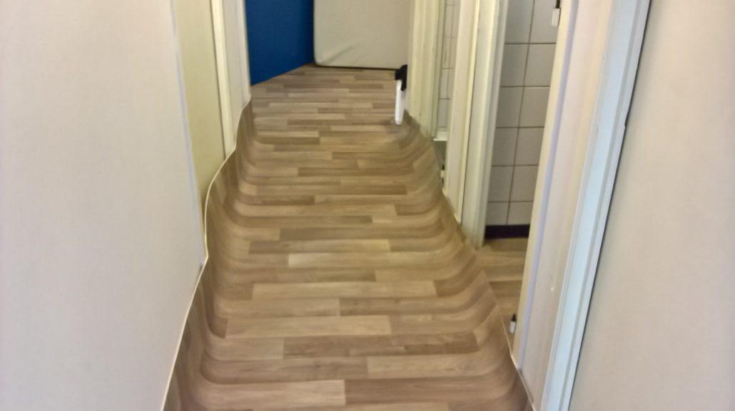 Pose d'un vinyle imitation parquet dans un couloir